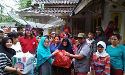 Jalur Terputus Banjir, Relawan Moli dan Rumah Dunia Nekad Distribusikan 100 Paket Makan ke Labuan
