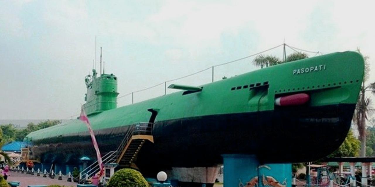 Kapal Selam yang Terdampar di Tengah Kota