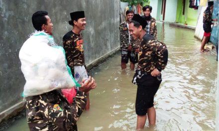 Banser Cibeber Bagi Sembako untuk Korban Banjir
