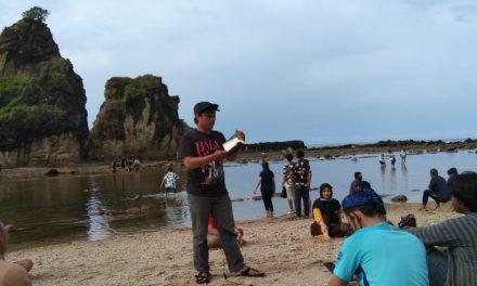 Buku, Motor, dan Pelangi di Sawarna